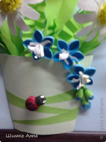 картина делалась на конкурс весны. идея не моя а прекрасной мастерицы Ольги Ольшак. все цветы держатся на клею и проволке.  я не копировала полностью работу, мне захотелось чего-то добавить своего. работа заняла 1 место и понравилась всем. но было одно но...  мне сказали что цветы сорваны, а смысл должен оберегать весенние цветы. мне предложили в место вазы сделать руки, но я отказалась, ведь это портит весь букет... решила сама себе я)))     фото 5