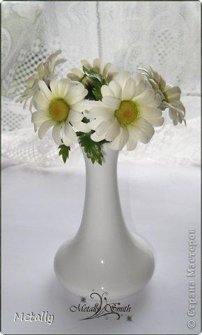 Ромашки-скромняжки, прошу любить и жаловать:) Слепила для любимой подруженьки! Букетик из пяти цветков. И вазочку удалось купить тютелька в тютельку, как надо! фото 2