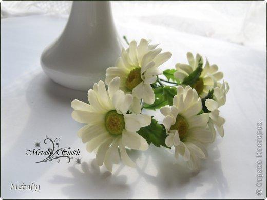 Ромашки-скромняжки, прошу любить и жаловать:) Слепила для любимой подруженьки! Букетик из пяти цветков. И вазочку удалось купить тютелька в тютельку, как надо! фото 1