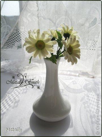 Ромашки-скромняжки, прошу любить и жаловать:) Слепила для любимой подруженьки! Букетик из пяти цветков. И вазочку удалось купить тютелька в тютельку, как надо! фото 3