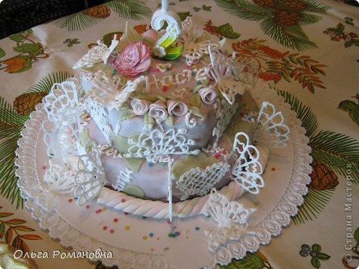 Все кроме свечки и мелких канфети делала сама, своими руками) Бабочки и кружева из айсинга. Тортик покрыт мастикой (мармышковой) и из нее же цветы)