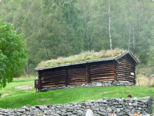 Давно я не создавала записей. Сегодня разбирала фотографии и решила с вами поделиться частью истории. Отправимся мы с вами в Норвегию к знаменитой ставкирке.  Она значится как одно из самых уникальных и красивых деревянных зданий мира.    Ставкирка в Боргунне, Норвегия, или иначе — в Боргунде, одна из самых древних сохранившихся каркасных церквей. Всего в Норвегии было построено более 1500 ставкирок, до сегодняшнего дня в разной степени сохранности дожили только 28. фото 15
