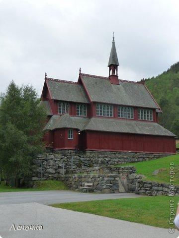 Давно я не создавала записей. Сегодня разбирала фотографии и решила с вами поделиться частью истории. Отправимся мы с вами в Норвегию к знаменитой ставкирке.  Она значится как одно из самых уникальных и красивых деревянных зданий мира.    Ставкирка в Боргунне, Норвегия, или иначе — в Боргунде, одна из самых древних сохранившихся каркасных церквей. Всего в Норвегии было построено более 1500 ставкирок, до сегодняшнего дня в разной степени сохранности дожили только 28. фото 17