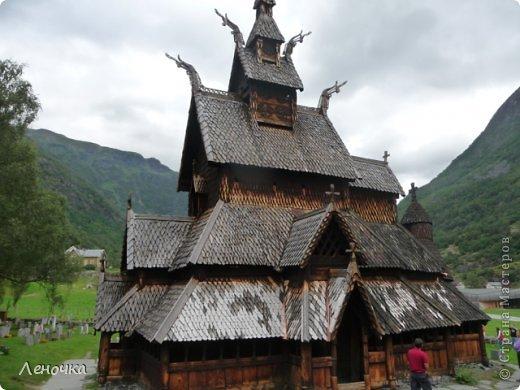 Давно я не создавала записей. Сегодня разбирала фотографии и решила с вами поделиться частью истории. Отправимся мы с вами в Норвегию к знаменитой ставкирке.  Она значится как одно из самых уникальных и красивых деревянных зданий мира.    Ставкирка в Боргунне, Норвегия, или иначе — в Боргунде, одна из самых древних сохранившихся каркасных церквей. Всего в Норвегии было построено более 1500 ставкирок, до сегодняшнего дня в разной степени сохранности дожили только 28. фото 9