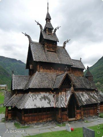 Давно я не создавала записей. Сегодня разбирала фотографии и решила с вами поделиться частью истории. Отправимся мы с вами в Норвегию к знаменитой ставкирке.  Она значится как одно из самых уникальных и красивых деревянных зданий мира.    Ставкирка в Боргунне, Норвегия, или иначе — в Боргунде, одна из самых древних сохранившихся каркасных церквей. Всего в Норвегии было построено более 1500 ставкирок, до сегодняшнего дня в разной степени сохранности дожили только 28. фото 7