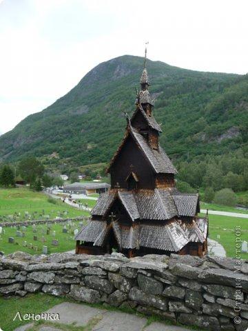 Давно я не создавала записей. Сегодня разбирала фотографии и решила с вами поделиться частью истории. Отправимся мы с вами в Норвегию к знаменитой ставкирке.  Она значится как одно из самых уникальных и красивых деревянных зданий мира.    Ставкирка в Боргунне, Норвегия, или иначе — в Боргунде, одна из самых древних сохранившихся каркасных церквей. Всего в Норвегии было построено более 1500 ставкирок, до сегодняшнего дня в разной степени сохранности дожили только 28. фото 4