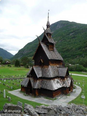 Давно я не создавала записей. Сегодня разбирала фотографии и решила с вами поделиться частью истории. Отправимся мы с вами в Норвегию к знаменитой ставкирке.  Она значится как одно из самых уникальных и красивых деревянных зданий мира.    Ставкирка в Боргунне, Норвегия, или иначе — в Боргунде, одна из самых древних сохранившихся каркасных церквей. Всего в Норвегии было построено более 1500 ставкирок, до сегодняшнего дня в разной степени сохранности дожили только 28. фото 6