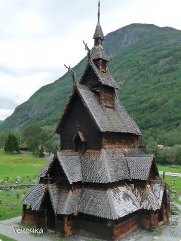 Давно я не создавала записей. Сегодня разбирала фотографии и решила с вами поделиться частью истории. Отправимся мы с вами в Норвегию к знаменитой ставкирке.  Она значится как одно из самых уникальных и красивых деревянных зданий мира.    Ставкирка в Боргунне, Норвегия, или иначе — в Боргунде, одна из самых древних сохранившихся каркасных церквей. Всего в Норвегии было построено более 1500 ставкирок, до сегодняшнего дня в разной степени сохранности дожили только 28. фото 5