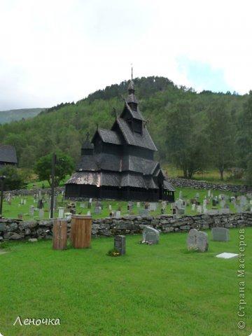 Давно я не создавала записей. Сегодня разбирала фотографии и решила с вами поделиться частью истории. Отправимся мы с вами в Норвегию к знаменитой ставкирке.  Она значится как одно из самых уникальных и красивых деревянных зданий мира.    Ставкирка в Боргунне, Норвегия, или иначе — в Боргунде, одна из самых древних сохранившихся каркасных церквей. Всего в Норвегии было построено более 1500 ставкирок, до сегодняшнего дня в разной степени сохранности дожили только 28. фото 3