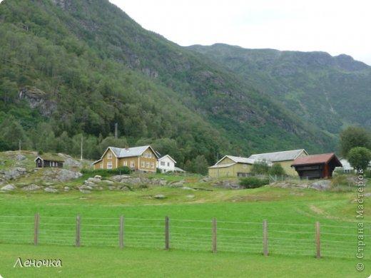 Давно я не создавала записей. Сегодня разбирала фотографии и решила с вами поделиться частью истории. Отправимся мы с вами в Норвегию к знаменитой ставкирке.  Она значится как одно из самых уникальных и красивых деревянных зданий мира.    Ставкирка в Боргунне, Норвегия, или иначе — в Боргунде, одна из самых древних сохранившихся каркасных церквей. Всего в Норвегии было построено более 1500 ставкирок, до сегодняшнего дня в разной степени сохранности дожили только 28. фото 18
