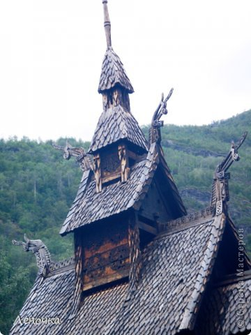 Давно я не создавала записей. Сегодня разбирала фотографии и решила с вами поделиться частью истории. Отправимся мы с вами в Норвегию к знаменитой ставкирке.  Она значится как одно из самых уникальных и красивых деревянных зданий мира.    Ставкирка в Боргунне, Норвегия, или иначе — в Боргунде, одна из самых древних сохранившихся каркасных церквей. Всего в Норвегии было построено более 1500 ставкирок, до сегодняшнего дня в разной степени сохранности дожили только 28. фото 12