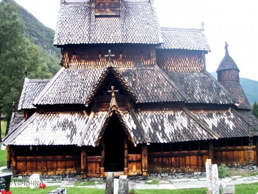 Давно я не создавала записей. Сегодня разбирала фотографии и решила с вами поделиться частью истории. Отправимся мы с вами в Норвегию к знаменитой ставкирке.  Она значится как одно из самых уникальных и красивых деревянных зданий мира.    Ставкирка в Боргунне, Норвегия, или иначе — в Боргунде, одна из самых древних сохранившихся каркасных церквей. Всего в Норвегии было построено более 1500 ставкирок, до сегодняшнего дня в разной степени сохранности дожили только 28. фото 10