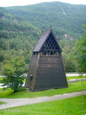 Давно я не создавала записей. Сегодня разбирала фотографии и решила с вами поделиться частью истории. Отправимся мы с вами в Норвегию к знаменитой ставкирке.  Она значится как одно из самых уникальных и красивых деревянных зданий мира.    Ставкирка в Боргунне, Норвегия, или иначе — в Боргунде, одна из самых древних сохранившихся каркасных церквей. Всего в Норвегии было построено более 1500 ставкирок, до сегодняшнего дня в разной степени сохранности дожили только 28. фото 14