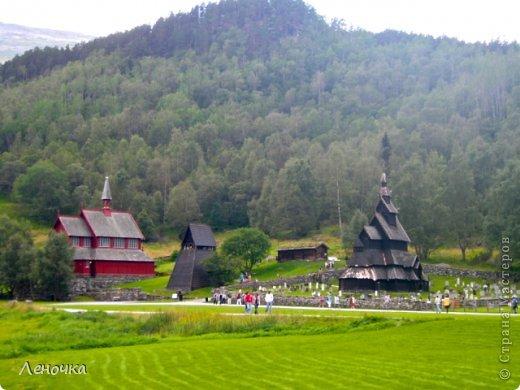 Давно я не создавала записей. Сегодня разбирала фотографии и решила с вами поделиться частью истории. Отправимся мы с вами в Норвегию к знаменитой ставкирке.  Она значится как одно из самых уникальных и красивых деревянных зданий мира.    Ставкирка в Боргунне, Норвегия, или иначе — в Боргунде, одна из самых древних сохранившихся каркасных церквей. Всего в Норвегии было построено более 1500 ставкирок, до сегодняшнего дня в разной степени сохранности дожили только 28. фото 2
