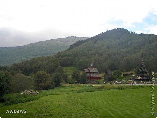 Давно я не создавала записей. Сегодня разбирала фотографии и решила с вами поделиться частью истории. Отправимся мы с вами в Норвегию к знаменитой ставкирке.  Она значится как одно из самых уникальных и красивых деревянных зданий мира.    Ставкирка в Боргунне, Норвегия, или иначе — в Боргунде, одна из самых древних сохранившихся каркасных церквей. Всего в Норвегии было построено более 1500 ставкирок, до сегодняшнего дня в разной степени сохранности дожили только 28. фото 1
