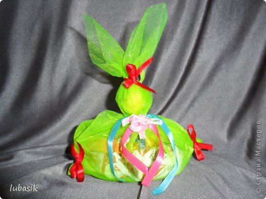 Хочу показать подарки, которые я сделала для мастериц СМ. Для любимой Светуленьки на день рождения я решила сделать комплект салфеточных колец для сервировки стола. Идею подсмотрела здесь http://www.creative-handmade.org/podelki-dlya-kuhni-svoimi-rukami/kolcza-dlya-salfetok.html . Шпагат наматывала на скалку, закрытую целлофановым пакетом, смазывая ПВА. Ракушки подбирала, чтобы колечки смотрелись одинаково. По моему мне это удалось. фото 17