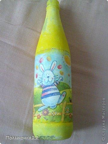 Дорогие друзья!!! Выручайте, пожалуйста!!! Еще давно, на пасху, я решила сделать вот такую бутылочку. Сначала губкой покрыла белой гуашью, затем добавила цвет, на ПВА приклеила салфетку, высушила, и решила покрыть лаком... Лучше бы я этого не делала(( фото 1