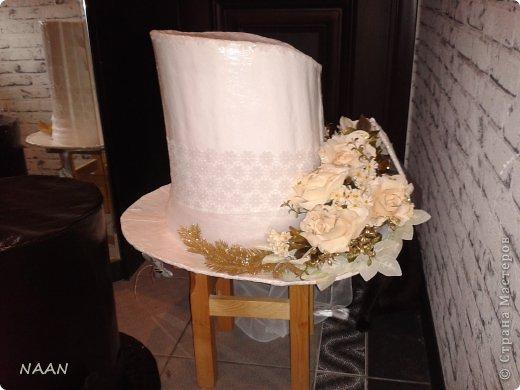 Всем здравствуйте, вот попросили сделать шляпы на машины свадебные,оцените,что получилось и может кому пригодиться идея,в интернете не видела подобной шляпы невесты, расскажу подробнее: Основа-каркас из деревянных палочек(деревянные жалюзи)  для невесты:обклеила газетой все в несколько слоев(для надежности,предварительно пропустив через каркас ленту для крепления),окрасила акриловой краской в несколько слоев,покрытие лаком сверху,остальное декор,а изгибы из пенополистирола для подвесного потолка,тонкого,придала форму за счет фиксации нитками к корпусу,а потом несколько слоев газеты на клею,когда нити обрезала-форма осталась. Еще ажурный ободок из кружева. для жениха: каркас-все тоже самое; отделка- кож. зам. покрытый лаком,а бант-настоящая кожа  фото 2
