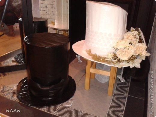 Всем здравствуйте, вот попросили сделать шляпы на машины свадебные,оцените,что получилось и может кому пригодиться идея,в интернете не видела подобной шляпы невесты, расскажу подробнее: Основа-каркас из деревянных палочек(деревянные жалюзи)  для невесты:обклеила газетой все в несколько слоев(для надежности,предварительно пропустив через каркас ленту для крепления),окрасила акриловой краской в несколько слоев,покрытие лаком сверху,остальное декор,а изгибы из пенополистирола для подвесного потолка,тонкого,придала форму за счет фиксации нитками к корпусу,а потом несколько слоев газеты на клею,когда нити обрезала-форма осталась. Еще ажурный ободок из кружева. для жениха: каркас-все тоже самое; отделка- кож. зам. покрытый лаком,а бант-настоящая кожа  фото 1