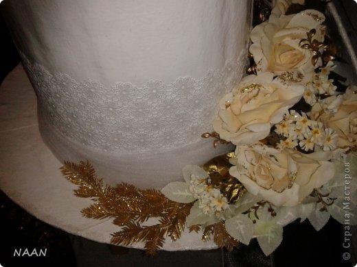 Всем здравствуйте, вот попросили сделать шляпы на машины свадебные,оцените,что получилось и может кому пригодиться идея,в интернете не видела подобной шляпы невесты, расскажу подробнее: Основа-каркас из деревянных палочек(деревянные жалюзи)  для невесты:обклеила газетой все в несколько слоев(для надежности,предварительно пропустив через каркас ленту для крепления),окрасила акриловой краской в несколько слоев,покрытие лаком сверху,остальное декор,а изгибы из пенополистирола для подвесного потолка,тонкого,придала форму за счет фиксации нитками к корпусу,а потом несколько слоев газеты на клею,когда нити обрезала-форма осталась. Еще ажурный ободок из кружева. для жениха: каркас-все тоже самое; отделка- кож. зам. покрытый лаком,а бант-настоящая кожа  фото 3