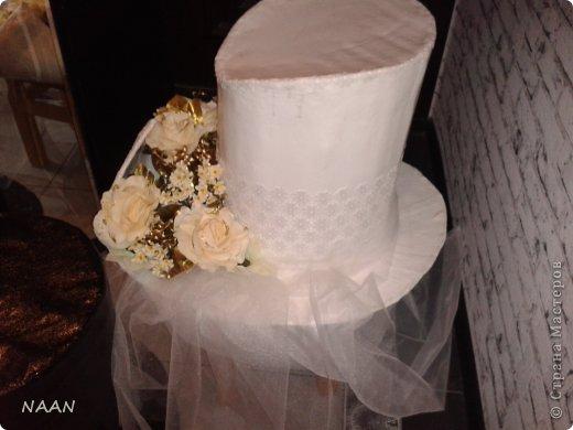 Всем здравствуйте, вот попросили сделать шляпы на машины свадебные,оцените,что получилось и может кому пригодиться идея,в интернете не видела подобной шляпы невесты, расскажу подробнее: Основа-каркас из деревянных палочек(деревянные жалюзи)  для невесты:обклеила газетой все в несколько слоев(для надежности,предварительно пропустив через каркас ленту для крепления),окрасила акриловой краской в несколько слоев,покрытие лаком сверху,остальное декор,а изгибы из пенополистирола для подвесного потолка,тонкого,придала форму за счет фиксации нитками к корпусу,а потом несколько слоев газеты на клею,когда нити обрезала-форма осталась. Еще ажурный ободок из кружева. для жениха: каркас-все тоже самое; отделка- кож. зам. покрытый лаком,а бант-настоящая кожа  фото 4