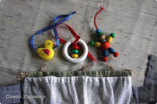 Моя внучка сделала для себя открытие- оказывается игрушки можно  специально ронять! (Пишу с улыбкой!!!) Особенно на улице! Когда гуляет в коляске! И наблюдать- куда это они упали!!! Мамочке приходится брать на прогулку большой пакет игрушек. Не всегда это удобно. Вот такие кармашки у нас получились. Использовала ткань, тюль, резинку, липучки, тесьму. фото 5