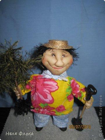 Довольный садовод. Приобрел новую елочку и побежал сажать. Очень ему хочется развести свои грибочки. Уже мечтает об урожае. фото 3