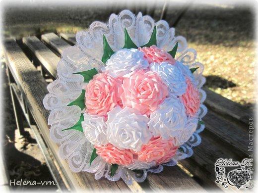 """Букет """"Свадьба роз"""" Классический свадебный букет выполнен из атласных лент в бело -розовой гамме, декорирован розовыми жемчужинами,обрамлен богатым кружевом. Мимо такого украшения имиджа невесты не пройти равнодушно. В букете 17 роз Возможно изготовление бутоньерки для жениха,свадебных бокалов в том же стиле по желанию заказчика в любой цветовой гамме. Точное повторение невозможно! Срок изготовления в другом цвете -1 месяц. Букет выполняется в единственном экземпляре!. фото 1"""