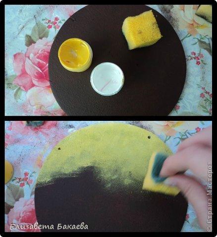 Сегодня будем делать кухонное панно. Нам понадобятся: -2 деревянные основы(на первой 4 дырочки, на второй-2) -грунт -губка -акриловые краски -валик -салфетки для декупажа -клей для декупажа -наждачная бумага -прочные нитки -лак -кисточка для румян -затирка для краккелюра -яркая гелевая ручка -клеёнка фото 6