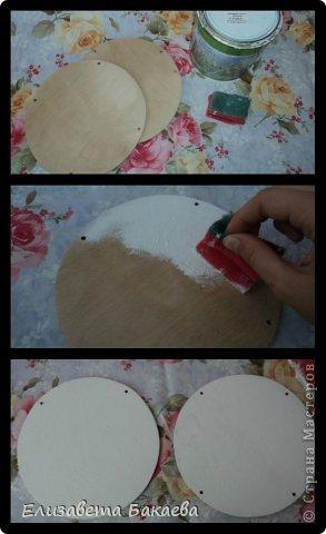 Сегодня будем делать кухонное панно. Нам понадобятся: -2 деревянные основы(на первой 4 дырочки, на второй-2) -грунт -губка -акриловые краски -валик -салфетки для декупажа -клей для декупажа -наждачная бумага -прочные нитки -лак -кисточка для румян -затирка для краккелюра -яркая гелевая ручка -клеёнка фото 2