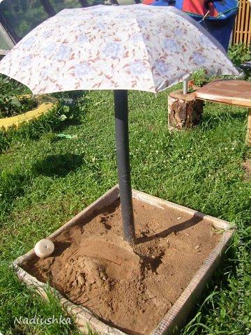 Милые мои мастерицы, я уже неоднократно показывала цветы, которые моя мама выращивает у себя в Тосненском районе Ленинградской области, обычно в качестве бонуса к моим работам. А вот сегодня хочу показать, во что выливаются творческие порывы моей мамочки. Ну и естественно, покажу еще цветы ) Но начну с клубнички (кстати, у нас её принято называть викторией, а клубникой зовут дикую ягоду, которая обычно растёт на лугах (не земляника!))  фото 8