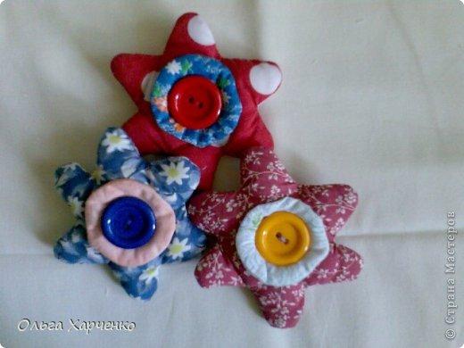 Работа из ранних игрушек. Цветочки . Около 15 см. Ткань, синтепон, пуговицы, пищевой шуршащий пакет. Лепестки цветов шуршат. Серединки и пуговицы с двух сторон цветка.