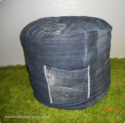 Пуфик шила для комнаты сына.На него пошли одни джинсы и ещё кусок от юбки на дно пуфика. Наполнитель-пенопластовая крошка .резаные тряпочки,поролон.Пуфик получился мягкий,моделирующийся под то место.которым на нем сидят)))) фото 2