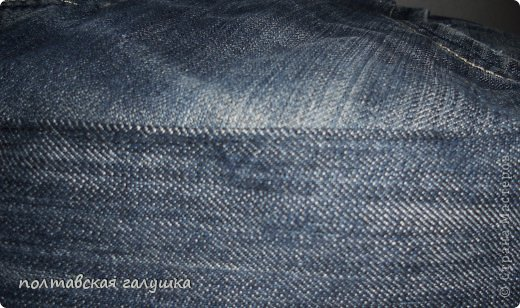 Пуфик шила для комнаты сына.На него пошли одни джинсы и ещё кусок от юбки на дно пуфика. Наполнитель-пенопластовая крошка .резаные тряпочки,поролон.Пуфик получился мягкий,моделирующийся под то место.которым на нем сидят)))) фото 4