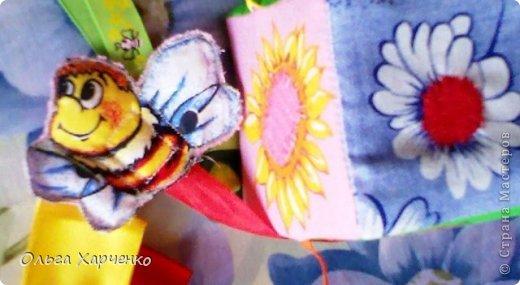 Кубик 8х8 см. Ткань, паролон, погремушка, ленты разные, деревянная бусина. Бабочка и шмель на лентах и с липучкой. Летают к цветам- серединки ромашки и подсолнуха тоже липучка. Внутри кубика погремушка. фото 4