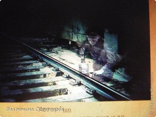 Я  приветствую  всех  жителей  нашей  прекрасной  Страны   Мастеров !  Представляю  Вам  уникальный  предмет  старины -  фонарь путевого  обходчика  -  1905  года  выпуска .  Экскурсия  по  шпалам  с  ручным  фонарём  -  суть  работы  путевого  обходчика  -  по  ночам  идти  по  тоннелю и  светить  фонарём  на  железнодорожные  рельсы , т.е. осматривать  сохранность ж ) д  путей  -  нет  ли  каких  поломок  или  препятствий . фото 16