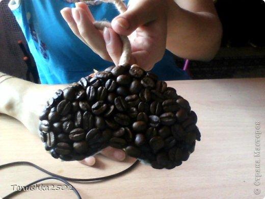 Всегда у мастериц возникает вопрос, наносить кофе в два слоя или один, так вот, мною был придуман безотходный способ использовать кофе. На фото вы видите, что наносится первый слой кофе, но это, можно сказать, не зерна, а крошка.... Потому что после создания кофейного дерева на проволоке (см. фото ниже), зерна ломались пополам и становились черными (после замачивания в воде, для того, чтобы после прокола иголкой они не ломались...) и теряли свой товарный вид. Кофе, ну или остатки от кофе, выкидывать совсем не хотелось, поэтому я стала наносить их первым слоем,  а вторым слоем наносятся нормальные красивые зернышки. фото 3