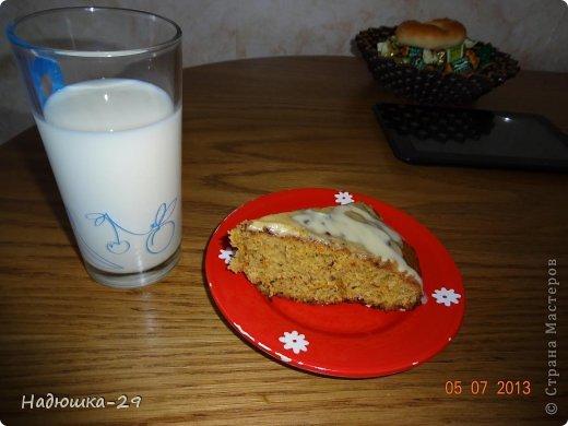 Сегодня попробовали испечь морковный пирог из книги рецептов моей мамы. Получилось вкусно поэтому делюсь рецептом. Вам потребуется: 1 стакан мелко тертой моркови 1 стакан сахара 1/2 ч.л соды гашенной в уксусе 1/2 ч.л корицы 1 ст. ложка меда 1 яйцо 2 ч.л какао 5 ст. ложек сливочного масла 2 стакана муки При желании в пирог можно добавить изюм или измельченный орех (я добавляла орехи)  Все ингредиенты замешиваем в тесто и выпекаем до готовности  при температуре 200 градусов. фото 2