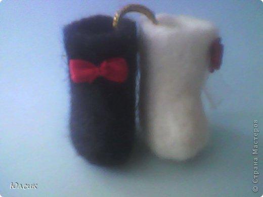 Валенки выполнены в технике валяние, розочка и бантик из ленты, а кольцо которое их скрепляет из золотой проволоки. Отличное приложение к подарку на годовщину свадьбы, или же на само торжество. Можно подарить и как намёк на свадьбу со стороны мужчины! фото 4