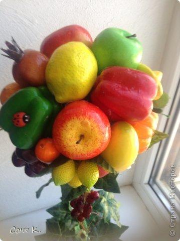 Вот такое дерево создалось за ночь. Подруга отремонтировала кухню. И я решила ей преподнести вот такой яркий солнечный фруктово-овощной микс. Как получилось судитьВам . Приятного просмотра.    фото 2