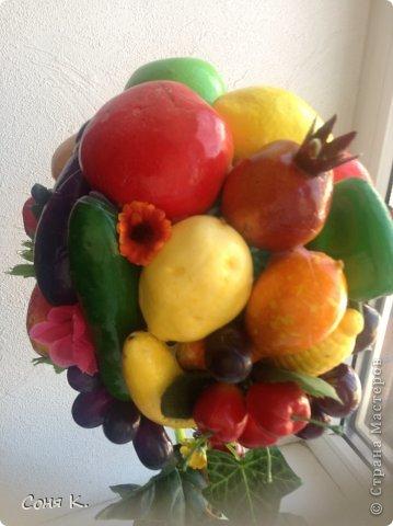 Вот такое дерево создалось за ночь. Подруга отремонтировала кухню. И я решила ей преподнести вот такой яркий солнечный фруктово-овощной микс. Как получилось судитьВам . Приятного просмотра.    фото 4