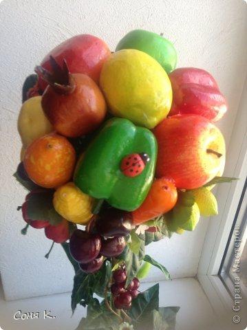 Вот такое дерево создалось за ночь. Подруга отремонтировала кухню. И я решила ей преподнести вот такой яркий солнечный фруктово-овощной микс. Как получилось судитьВам . Приятного просмотра.    фото 6