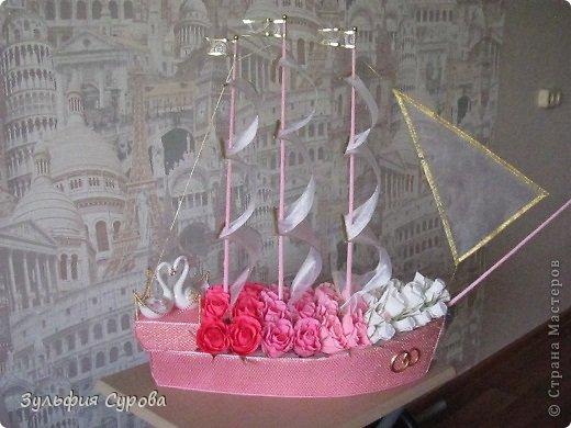 Доброго времени суток всем жителям СМ! Выставляю на ваш суд корабль свадебный. Вышло так, что меня попросили сделать корабль в подарок на свадьбу и прислали фото, по которому я должна была сотворить нечто похожее. Оказалось, что на фото работа Ирины Цыбун. Конечно, мне далеко до её мастерства, и я на него не претендую, но воля заказчика.... Делать пришлось буквально за 1.5 суток - СПАСИБО Ирине, что в Галерее у неё есть прекрасный МК...Вот что у меня получилось.  Не судите строго. фото 8