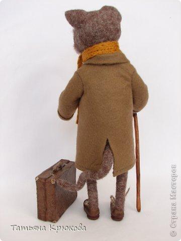 """На днях появился дедушка-кот,""""родился"""")))Добрый,милый,грустный немного...Путешественник,наверно.А может любимых внуков приехал проведать.В стареньком чемодане гостинцы привёз,ну и пижама там у него))) Дедушка ростом -27см,выполнен на каркасе,пальтишко-фетр,чемодан - папье-маше... фото 5"""