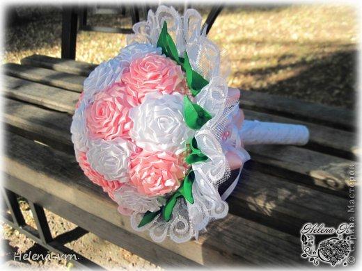 """Букет """"Свадьба роз"""" Классический свадебный букет выполнен из атласных лент в бело -розовой гамме, декорирован розовыми жемчужинами,обрамлен богатым кружевом. Мимо такого украшения имиджа невесты не пройти равнодушно. В букете 17 роз Возможно изготовление бутоньерки для жениха,свадебных бокалов в том же стиле по желанию заказчика в любой цветовой гамме. Точное повторение невозможно! Срок изготовления в другом цвете -1 месяц. Букет выполняется в единственном экземпляре!. фото 2"""