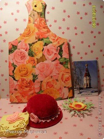 Добрый день, мои дорогие!!! Попросили меня на заказ сделать подарочек одному очень хорошему человеку. Выбрали для подарка вытынанку и  смастерилась вот такая открыточка. Всё очень просто. Кружево, вырубки, распечатанная на принтере очень красивая девушка, готовые цветы, готовые листики розы, тычинки. Получила недавно посылочку с цветочками. Пришла в восторг, какую же красоту могут делать люди. И сразу руки зачесались, что-то с цветочками сделать. Вот и применила здесь. На сколько удачно, судить вам. Вырубку затонировала. Ещё использовала полубусины, для блеска. фото 10