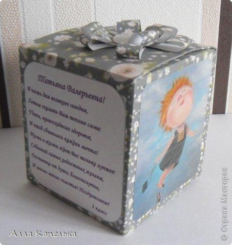 У учительницы моей дочки был День Рождения. Зовут учительницу Татьяна (отсюда и название).  В подарок классом купили красивые бусики. В пакетик их не положишь - не красиво! Вот и пришлось за вечер придумать коробочку. Конечно все сделано просто и самопально так сказать. Фон и картинки я распечатала на принтере. У меня давно на компе хранятся эти картиночки (все думала куда их пристроить), уж больно героини похожи на Татьяну. Картинки обклеила скотчем, а наверное лучше покрыть было лаком? Если да, то распечатывать на фотобумаге изначально или сойдет и простая для печати? Прошу совета как можно защитить от капель воды основной фон? Скрапбумагу я купить не могу, да и расцветка и узоры меня не устраивают, остается один выход - распечатать.   фото 2