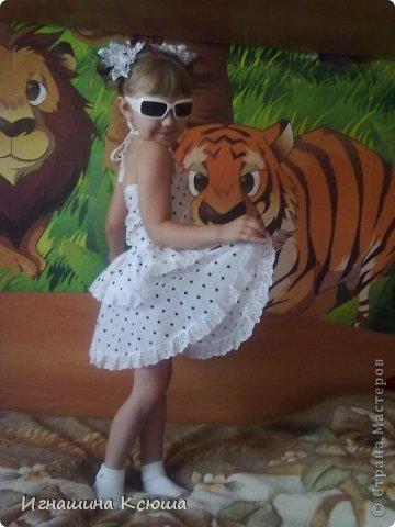 """дочь попросила сарафан как у """"взрослых """" с открытой спиной . мы с ней выбрали в горошек,  ткань ситец, пришлось и бантики в горошек делать фото 2"""