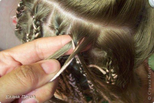 Каждый год перед поездкой на юг мы плетем разные косички. Вот уже второй раз девочки захотели с пряжей фото 4