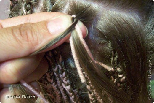 Каждый год перед поездкой на юг мы плетем разные косички. Вот уже второй раз девочки захотели с пряжей фото 6